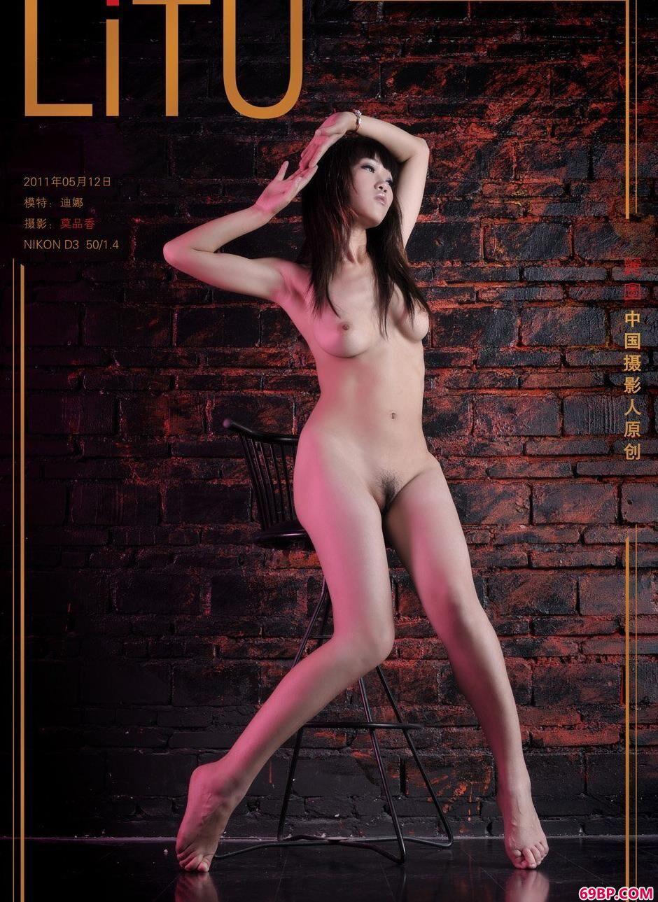 美模迪娜地下室内的丰润人体