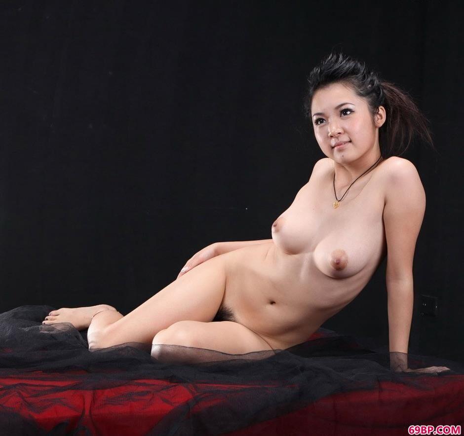 美人洋娃娃黑室内沙发上的抚媚人体_香港三级日本三级人妇三级