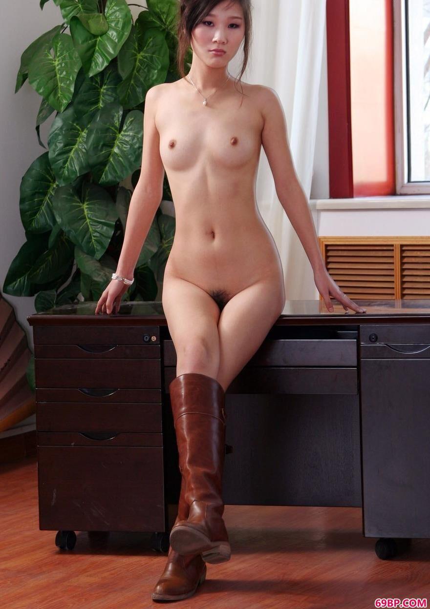 美人彭佩丝办公桌上的妩媚人体_女沟厕所偷窥piss小便