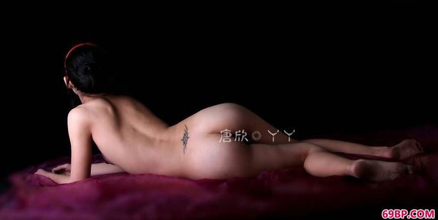 美人唐欣紫色大床上的可爱人体