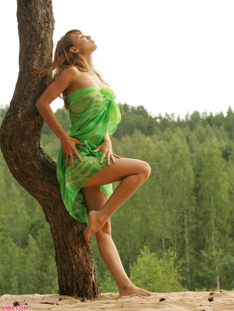 美模安哥拉Angela树林里的清纯人体1_极品尤物爆乳