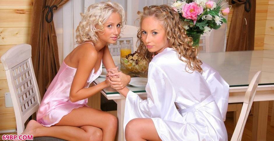 裸模尼科尔和沙甜餐厅里的魅惑人体_欧洲美熟女乱又伦