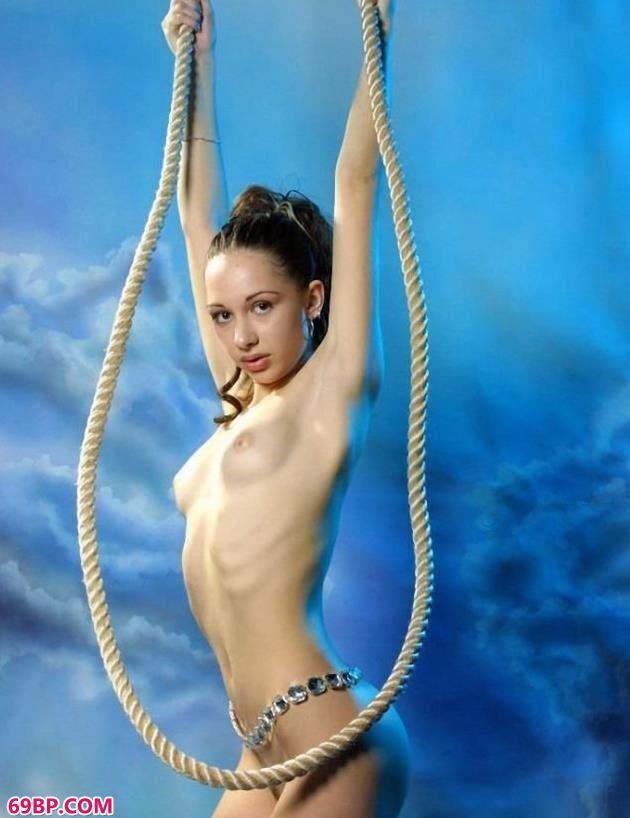 俄罗斯超模可妮莉雅棚拍吊绳人体_G0GO人体大尺香蕉最爱看电影