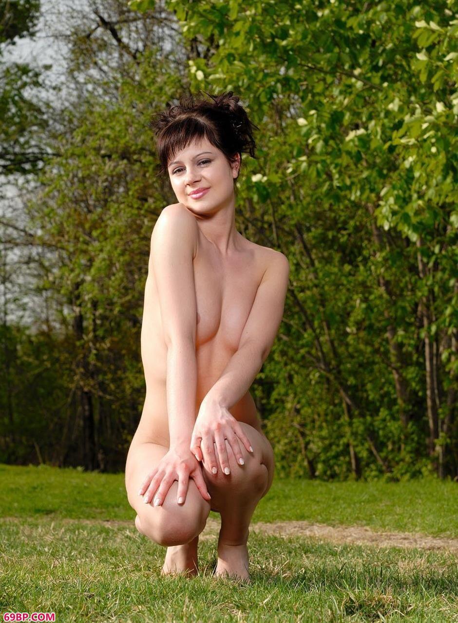 草坪上沐浴阳光的人体名模1_男没有毛去浴室