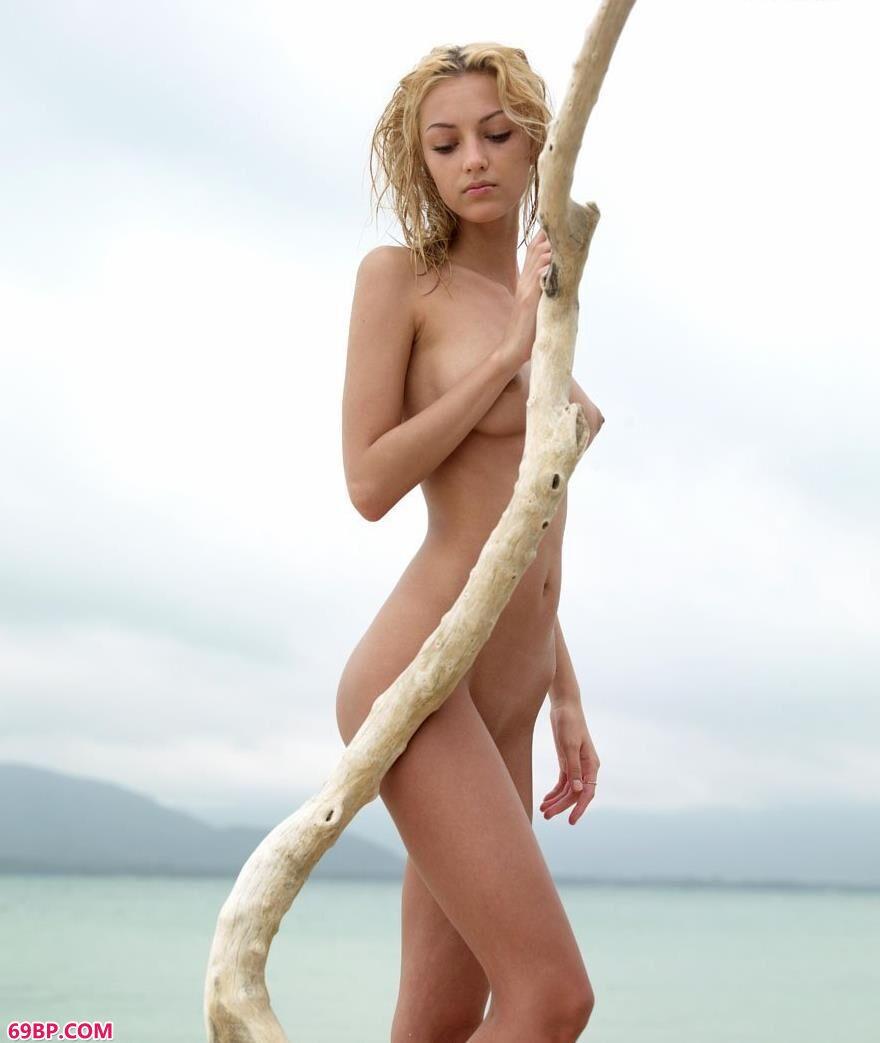 超模Carol沙滩上的妩媚人体