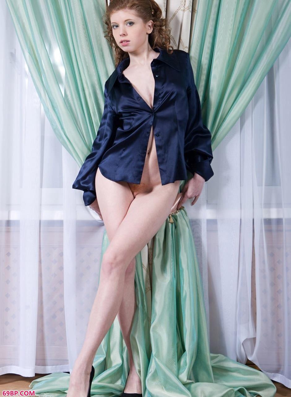名模Eleanor窗帘前的抚媚人体1