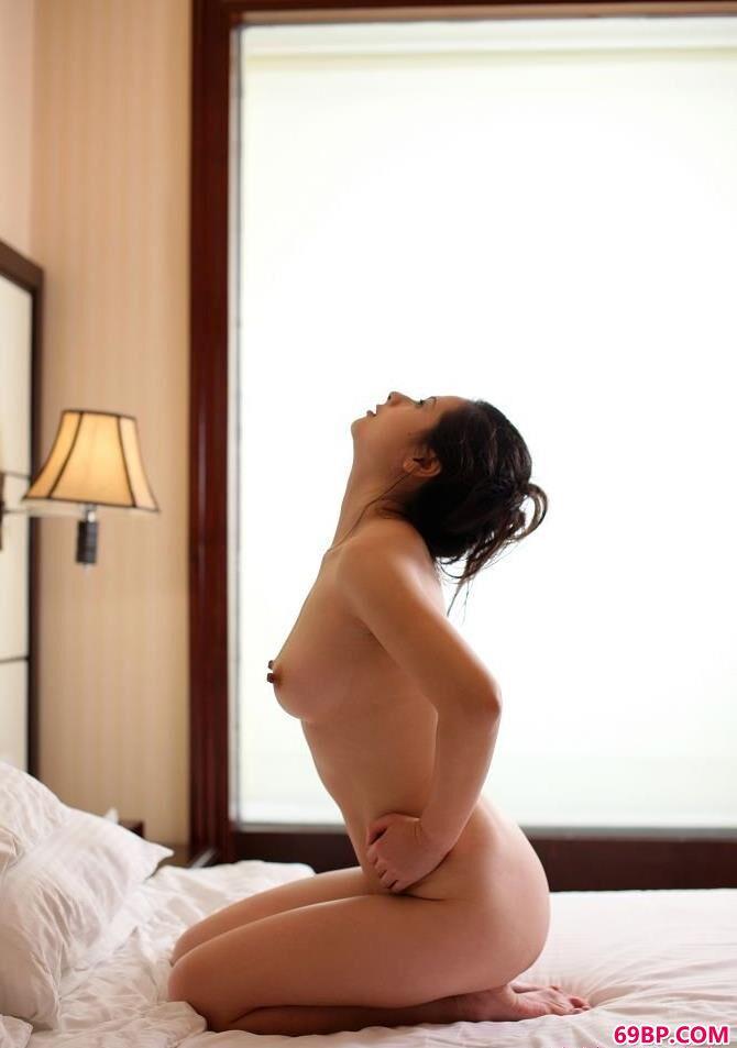 丰腴的名模波普娃娃酒店内拍