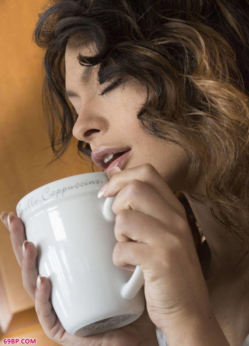喝咖啡的女子SydneyWolf,大色喜人体艺术摄影